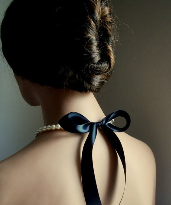 大人の女性におすすめしたいブラックリボンを取り入れたコーデのサムネイル画像