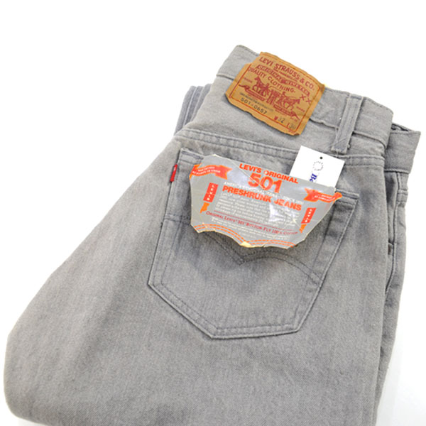 海外セレブの中でもブーム!グレーのジーンズの着こなし方を学ぼうのサムネイル画像