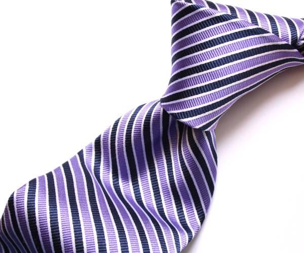 大人っぽい着こなしのカラーといえば紺色、紫色。シックな着こなしにのサムネイル画像