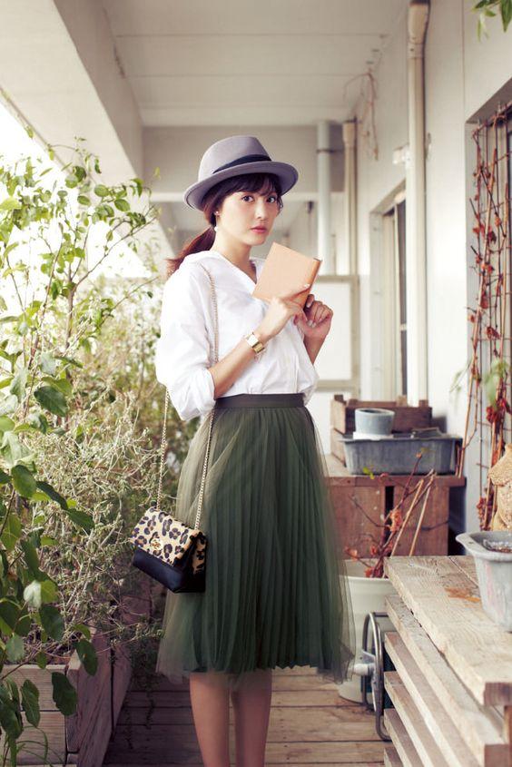 履くだけでおしゃれ度UP!カーキのスカートで作る♡大人レディコーデのサムネイル画像