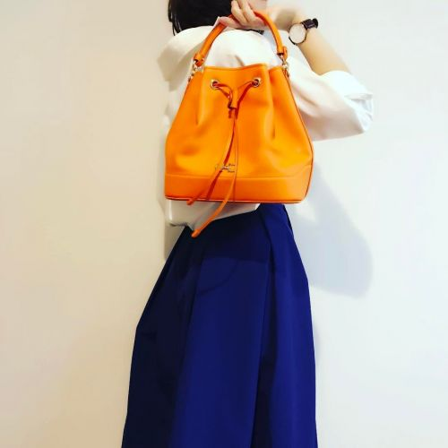 流行のミニバッグ、みんなと差をつけるなら《巾着バッグ》でコーデにアクセントを♡のサムネイル画像