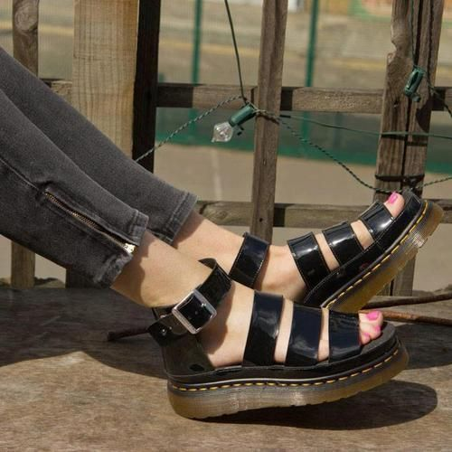 """サンダルで""""カジュアル盛り""""に。ドクターマーチンで可愛い足下を♡のサムネイル画像"""