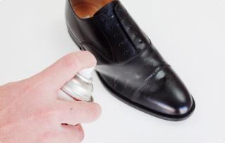 革靴と防水スプレー☆その「切っても切れない仲」を解き明かしますのサムネイル画像