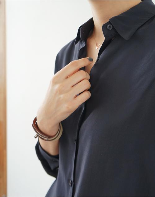 落ち着いた大人の女性を演出できるカラー『ネイビー』のシャツに注目のサムネイル画像