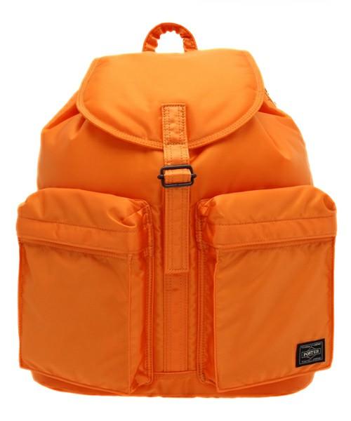 オレンジ色のリュックを使用するときどんな服と合わせるべきかのサムネイル画像