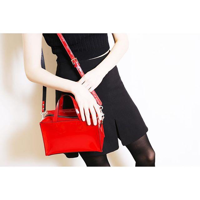 艶のある材質が特徴的なエナメルバッグ『今』人気の高いアイテムは?のサムネイル画像
