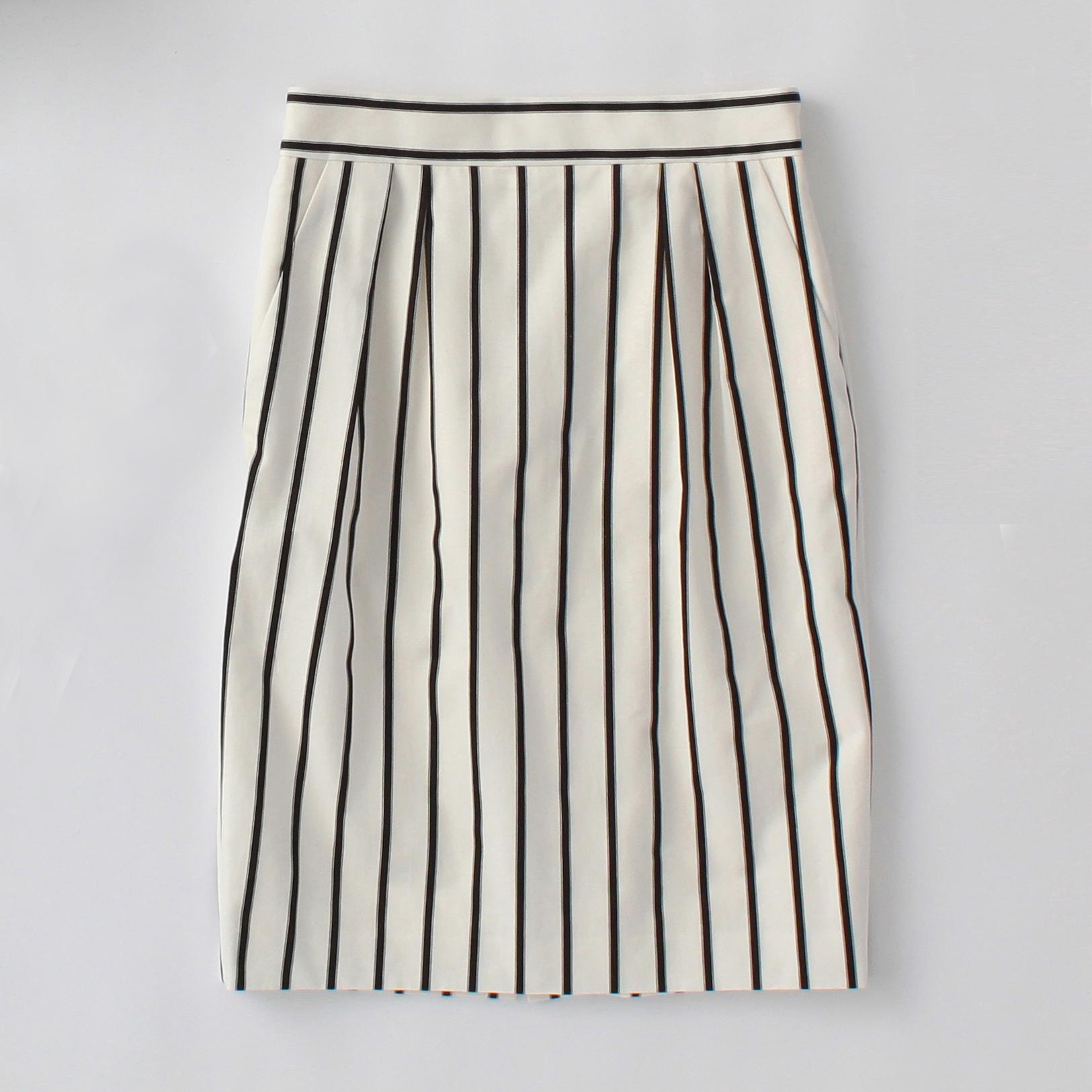 着やせ効果あり!ストライプタイトスカートのコーディネートのサムネイル画像