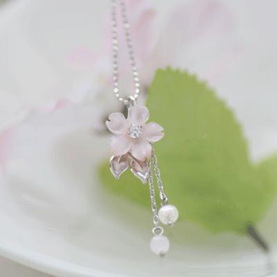 可愛すぎる!春にピッタリの桜のアクセサリーで女子力アップ♡のサムネイル画像