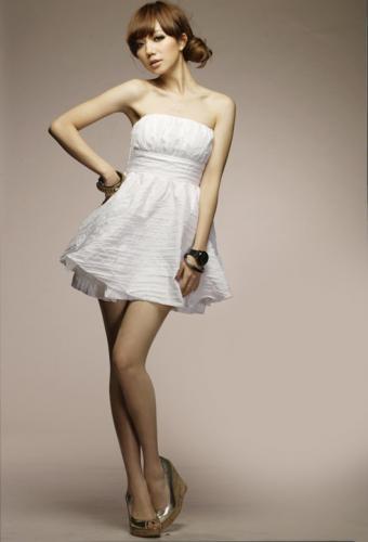 パーティードレスはホワイトドレスのコーディネートでキメて!のサムネイル画像