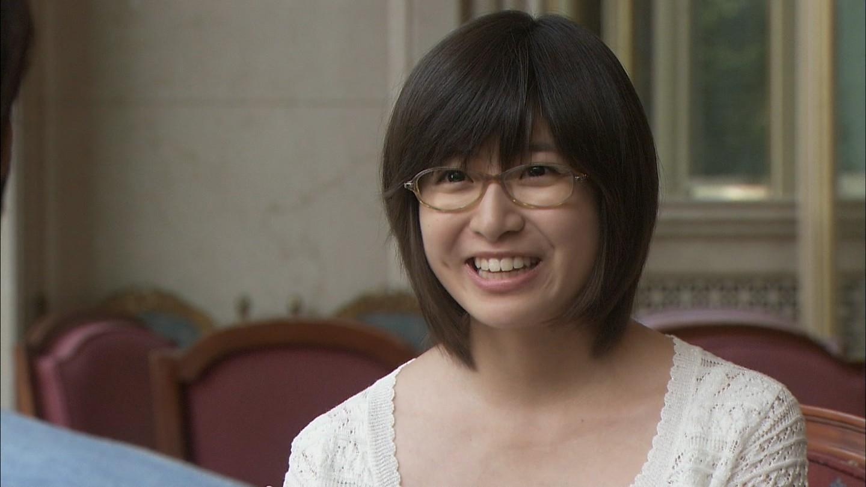 眼鏡をかけた南沢奈央