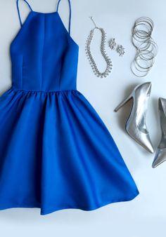 【青のドレス】キレイな青のドレスを着てパーティーへお出かけ!のサムネイル画像
