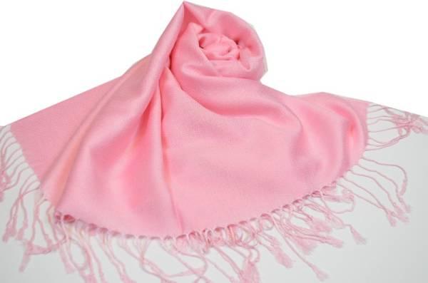 ピンクのストールをコーデに取り入れてオシャレ度アップに♡のサムネイル画像