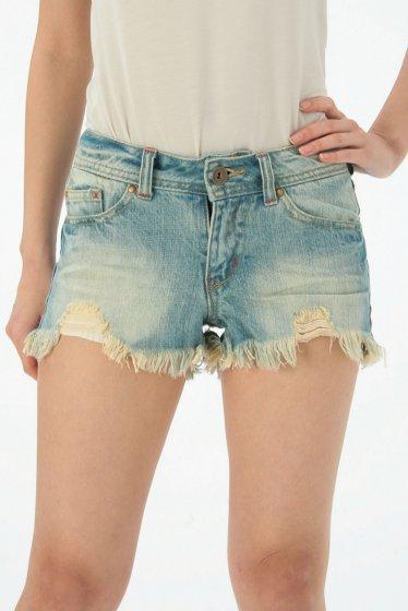 おしゃれにデニムショートパンツを履こう☆おすすめ商品&コーデ紹介のサムネイル画像