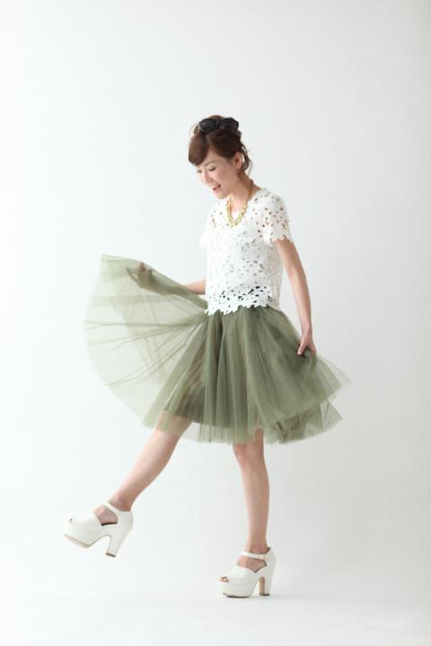 膝丈のチュールスカートが大人っぽくフェミニンなファッションに♡のサムネイル画像