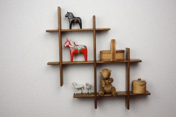 ちょっとした空間をおしゃれな収納スペースに変える木製シェルフ のサムネイル画像