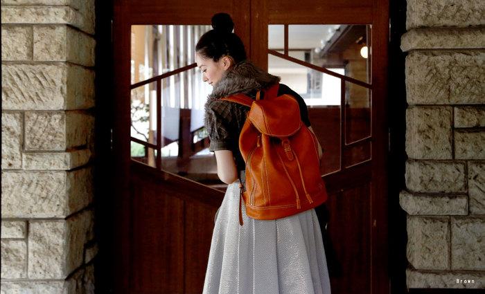 お気に入りの革鞄で大人女子の上級者コーデを!人気のブランドは?のサムネイル画像