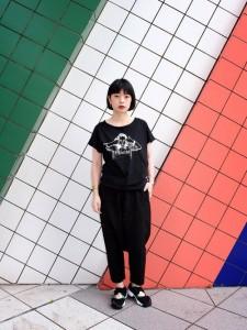 レディースは黒Tシャツで大人っぽくコーデ!様々な着こなしが可能!のサムネイル画像