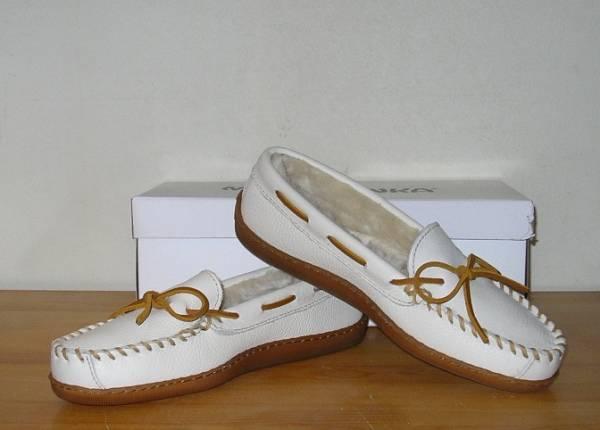 春夏コーデは足元から♡ミネトンカの白がかわいいと人気です♡のサムネイル画像