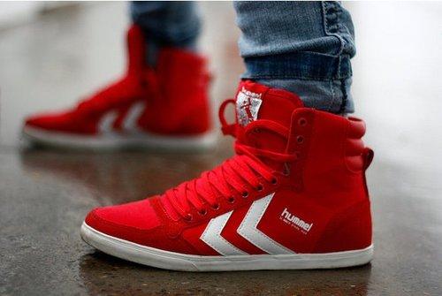 足元の可愛いも格好良いも、赤のハイカットスニーカーにお任せ♡のサムネイル画像