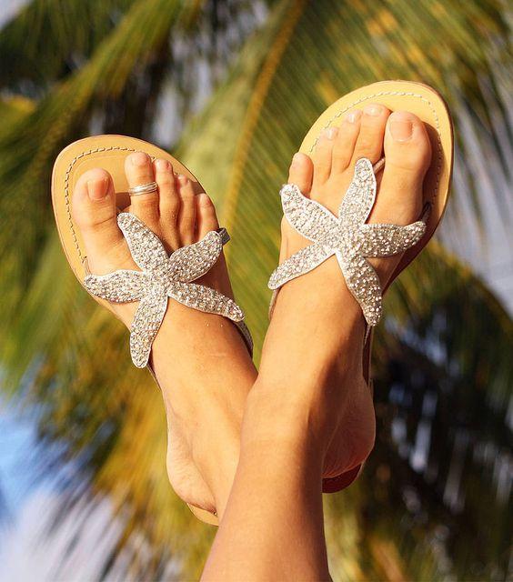 夏に向けてビーチに映えるハワイっぽいサンダルを探しましょう。のサムネイル画像