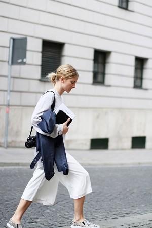 白のセーターは女性らしい印象にしてくれるファッションアイテム♡のサムネイル画像