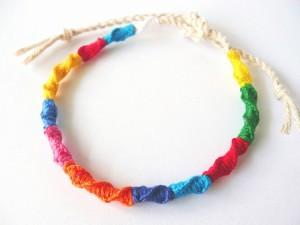 簡単な編み方なのにとってもおしゃれ!ねじりミサンガの作り方!のサムネイル画像