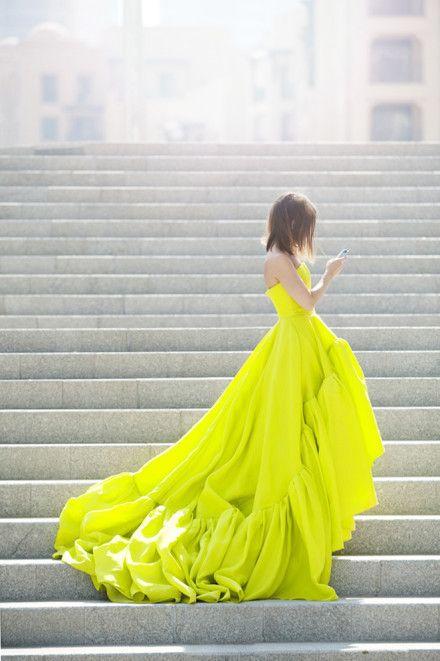【イエローカラーのドレス】夏はキュートな黄色のドレスがおすすめ。のサムネイル画像