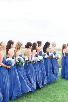 【青のパーティドレス】おしゃれな青のドレスの海外スナップのサムネイル画像