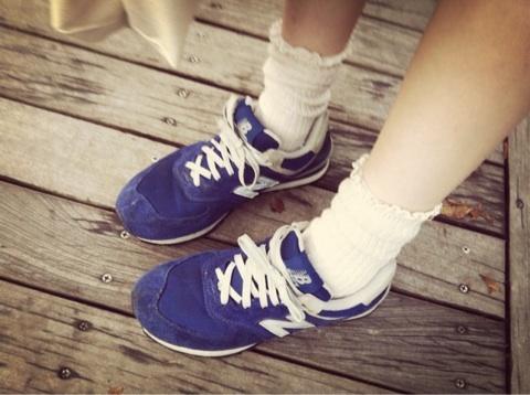 おしゃれ女子の足元はニューバランス?可愛いスニーカーコーデ特集のサムネイル画像