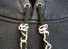 パーカーは紐をアレンジするだけで、かなりおしゃれに変化する!の画像