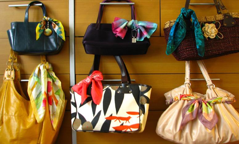 オシャレなスカーフの巻き方で、バッグを手軽に素敵に魅せましょう!のサムネイル画像