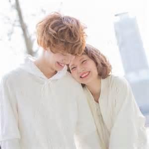 お揃いコーデを楽しむ仲良しカップルが可愛らしくていい感じ!のサムネイル画像