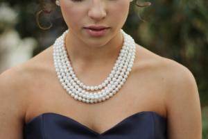 【紺のアイテムに真珠をプラス】上品な大人女子コーデの作り方のサムネイル画像