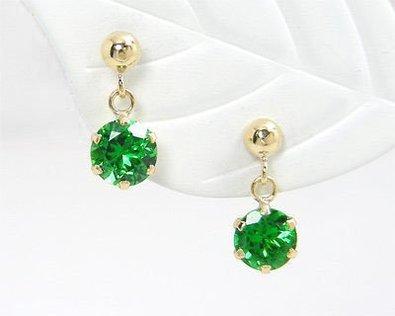 見ているだけで癒される!美しいグリーンの宝石を使ったピアスのサムネイル画像