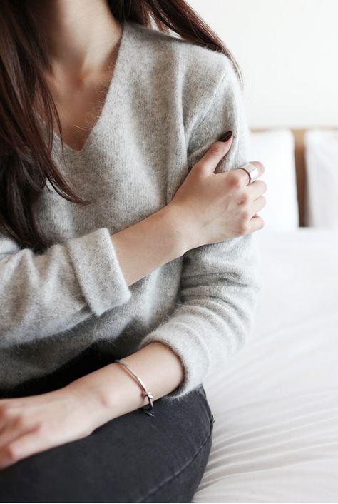 女性らしいグレーがおすすめ!デザイン別グレーセーターの着こなし術のサムネイル画像