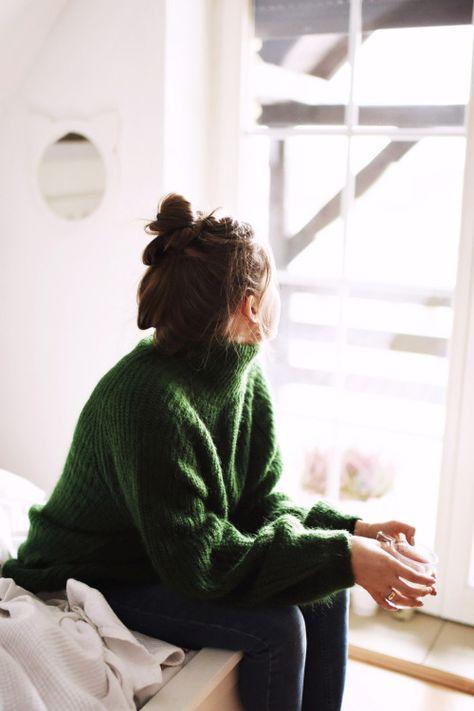 緑のニットで秋服にシフト!派手すぎず地味すぎない大人スタイルにのサムネイル画像