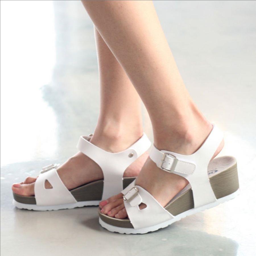 おしゃれは足元から作ろう!白い靴を履いたおしゃれなコーデ!のサムネイル画像