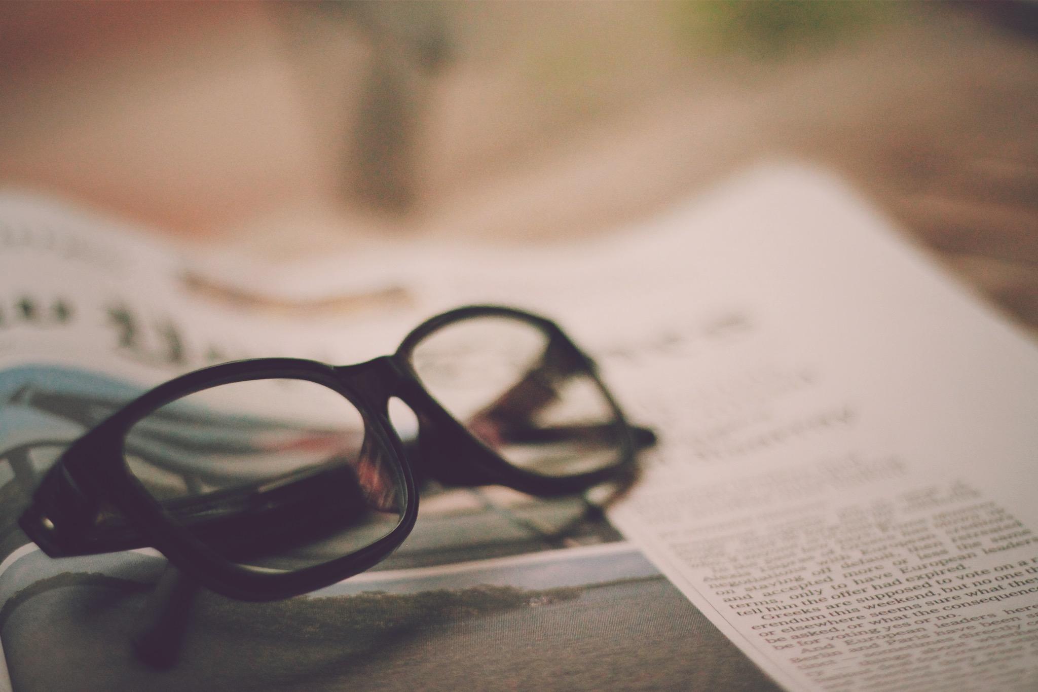 おしゃれ女子に人気アイテムは、色付き眼鏡のようなサングラスのサムネイル画像