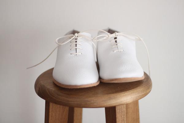 お洒落女子必見!流行の白靴でカジュアル可愛いコーデをご紹介しますのサムネイル画像