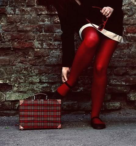 2016秋冬トレンドカラー「赤」!必須アイテム「タイツ」で赤系コーデのサムネイル画像