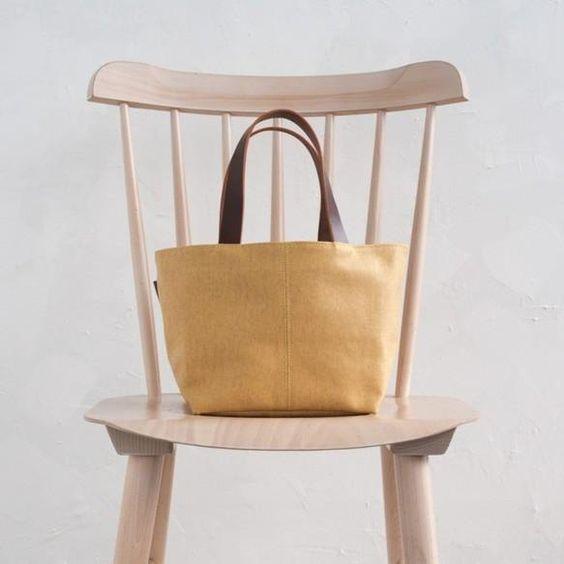 この秋もお洒落に、ちょこんと持てる小さめトートバッグのすすめのサムネイル画像