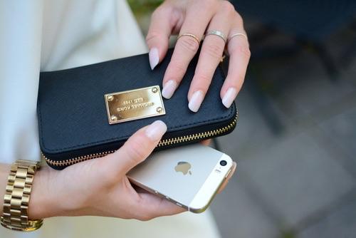 大人の色香は小物で演出する!レザーの長財布で上品&リッチにのサムネイル画像