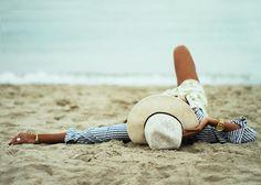 靴選びが重要!春夏だけじゃなく、秋冬もおしゃれに決まる海コーデのサムネイル画像