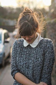 ニット×シャツが大人可愛い、冬のお洒落!レイヤードコーデのすすめのサムネイル画像