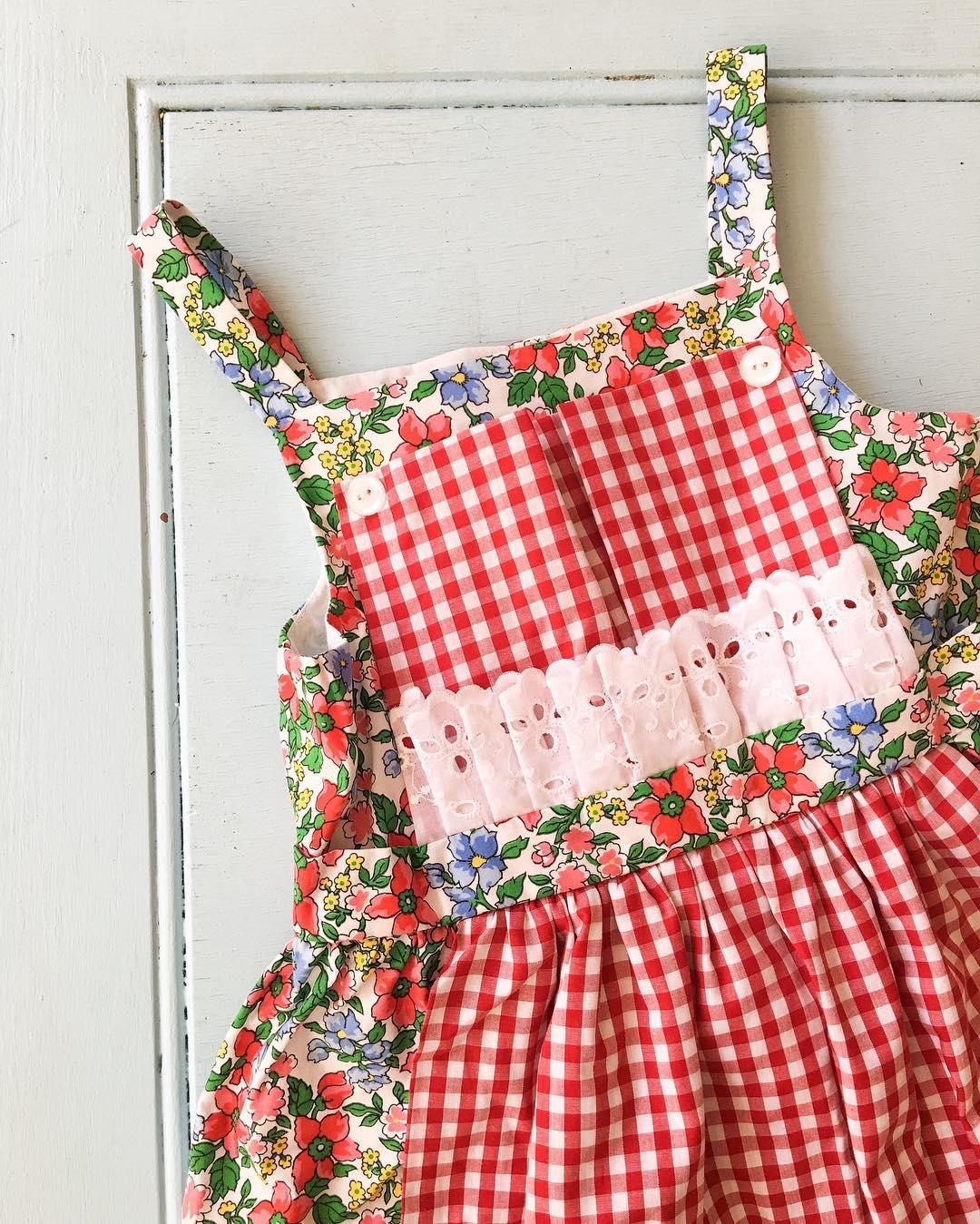 キッチンシーンのお洒落はエプロンから!赤色のエプロンで女子力UPのサムネイル画像