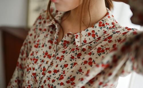 花柄のシャツで華やかさを加えたい。コーデは女の子らしく!のサムネイル画像