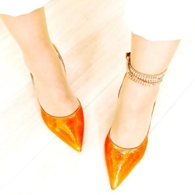 冬コーデにおすすめ!オレンジのヒールで足元にアクセントを!のサムネイル画像
