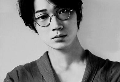 芸能界一のモテ男・クールな綾野剛のメガネ姿がかっこよすぎる!のサムネイル画像
