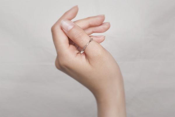 親指に付ける指輪が今話題沸騰中...