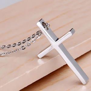 ワンポイントでファッションがオシャレに!十字架のネックレスまとめのサムネイル画像